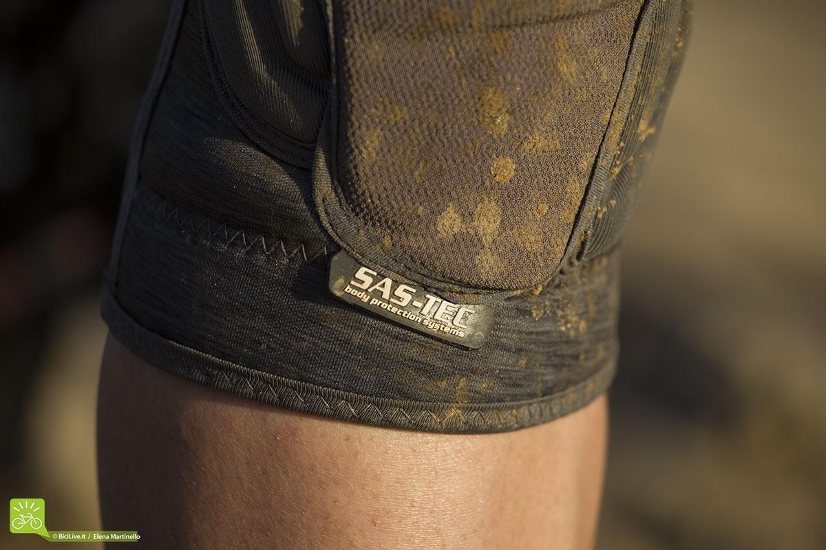 La parte che protegge il ginocchio è in SAS-TEC ed è facilmente rimovibile per poter lavare la ginocchiera in lavatrice