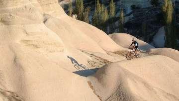 Main-foto-60-Tra-le-sinuose-rocce-della-Love-Valley,-una-sensazione-indescrivibile-comune-a-tutte-le-tappe-di-questo-Coast2Coast-mtb-tour-in-Cappadocia.-.jpg