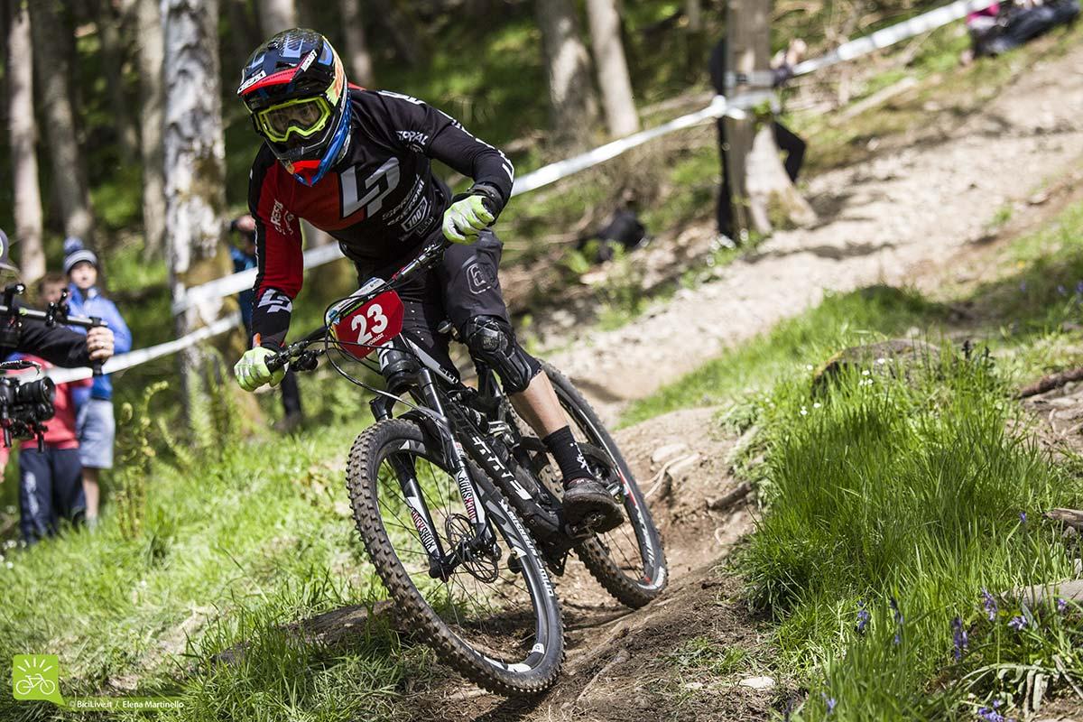 Nico Vouilloz in bici si destreggia sempre come fa un pluri campione del mondo.