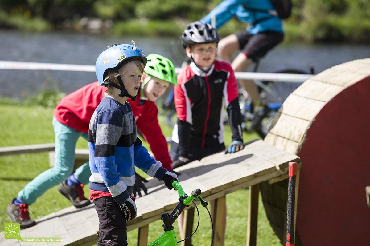 Un paddock invaso da bimbi con casco e bicicletta impazzienti di pedalare sul percorso artificiale costruito appositamente per loro.
