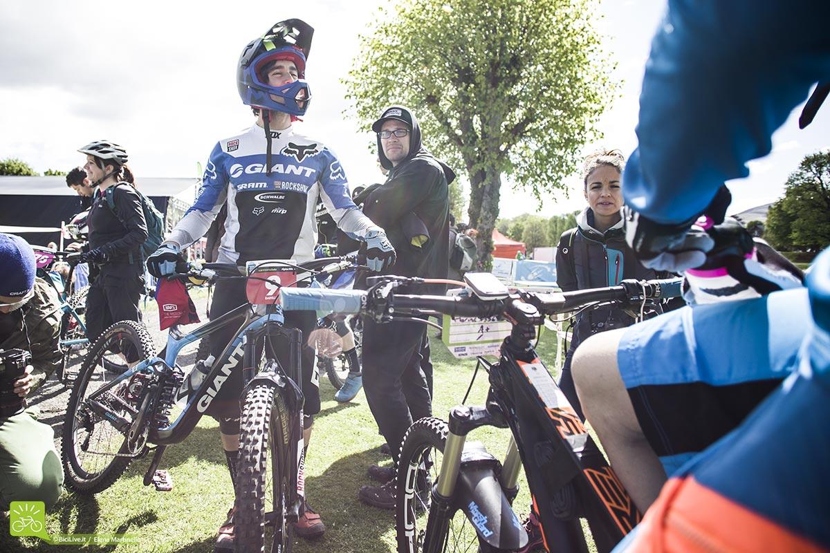 Yoann Barelli e gli altri scambiano qualche chiacchiera prima di iniziare la gara.