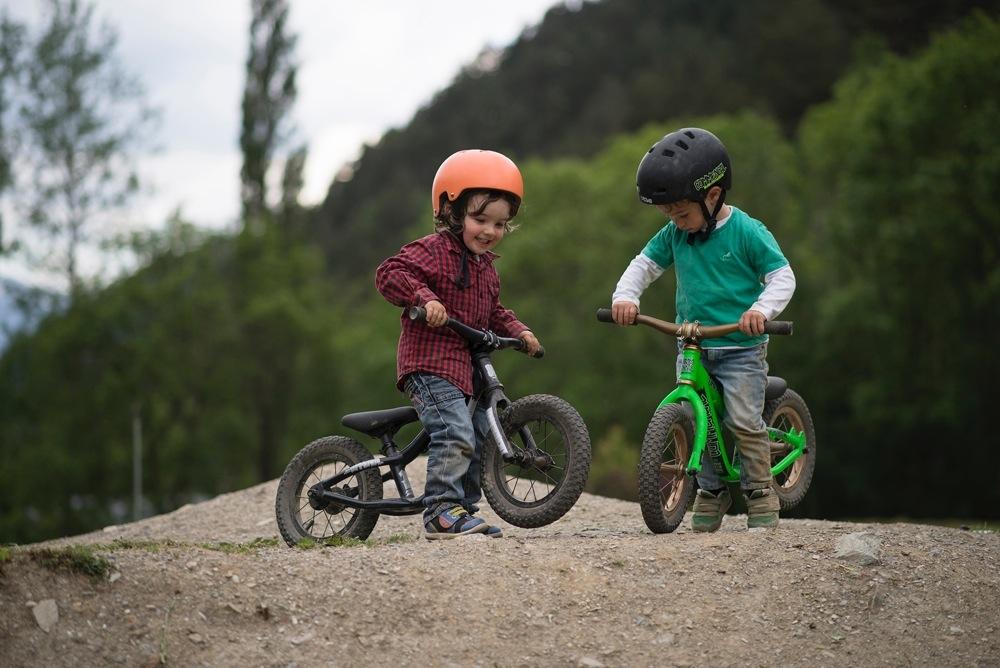 Bambini su bici senza pedali