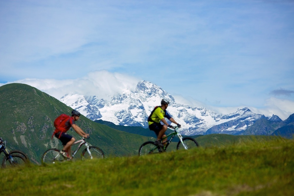 """Bastano poche pedalate per raggiungere punti panoramici e avere davanti a noi """"sua maestà"""" il Massiccio del Monte Rosa e un'ampia veduta sulla Valsessera dove proseguono i sentieri per passeggiate e tour in mtb nell'Oasi Zegna."""