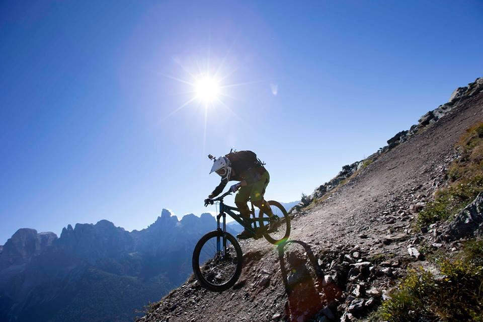 Una delle tre prove da affrontare in singolo o a staffetta è il downhill