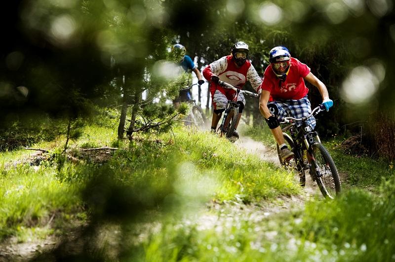 La foto mostra rider in action sui sentieri del bike park Mottolino Livigno