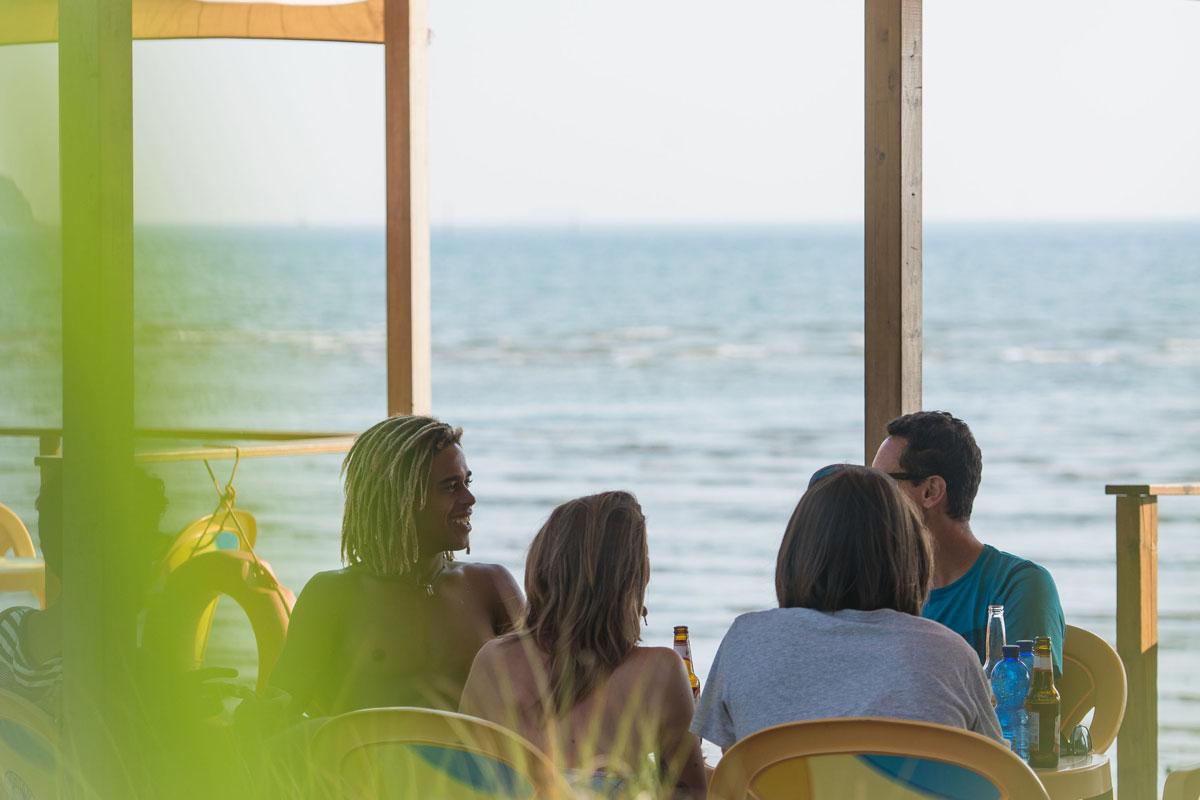 Dopo ogni attività sportiva non c'è niente di meglio di rilassarsi in spiaggia con gli amici.