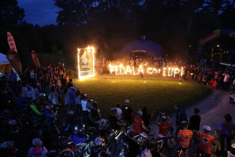 Show infuocati e mangiafuoco, anche chi non pedala potrà godersi un vero spettacolo nella notte. Foto ©Danilo Bonfanti