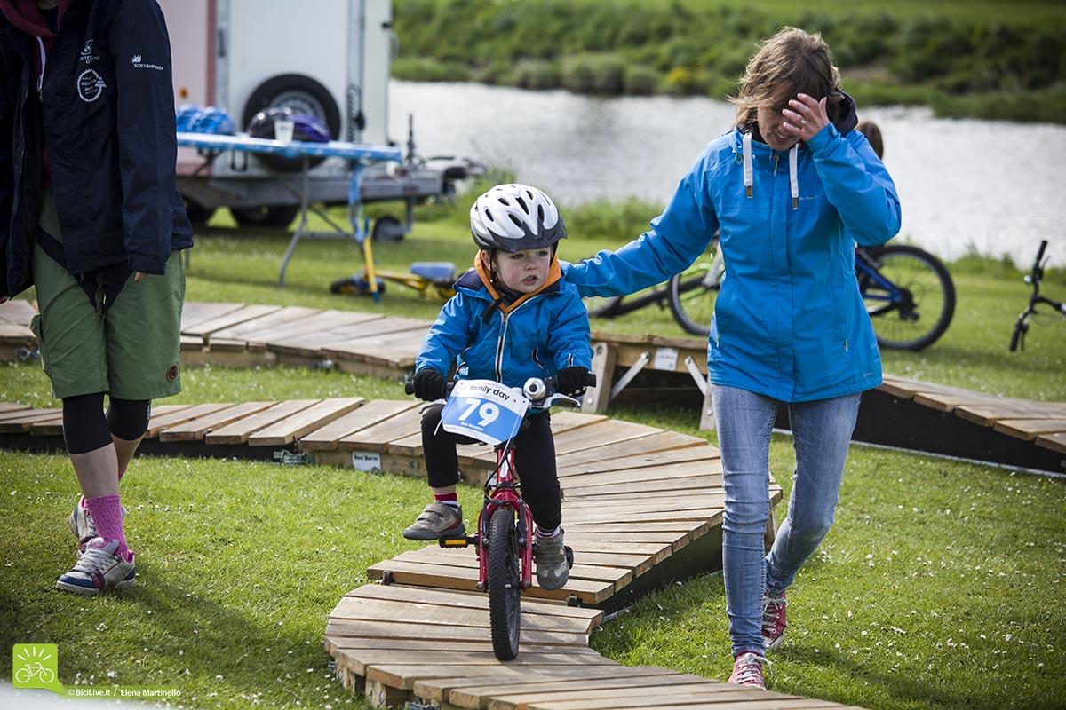 E i più piccoli imparano a pedalare su una mini pump track.
