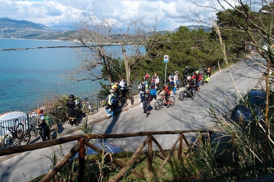 Pedalare in mountain bike a Palinuro è uno sport recente in quelle zone, ma garantisce spettacolari sentieri con vista mare.
