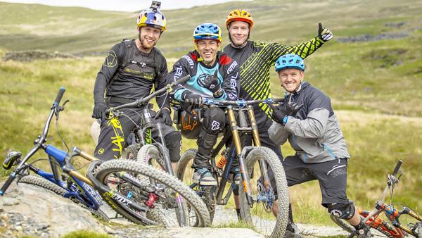 Martyn Ashton ritorna in bici con l'aiuto degli amici Danny MacAskill, Chris Akrigg and Blake Samson.