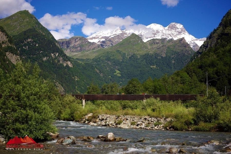 Prima di arrivare ad Alagna la vista si apre e mostra il Massiccio del Monte Rosa