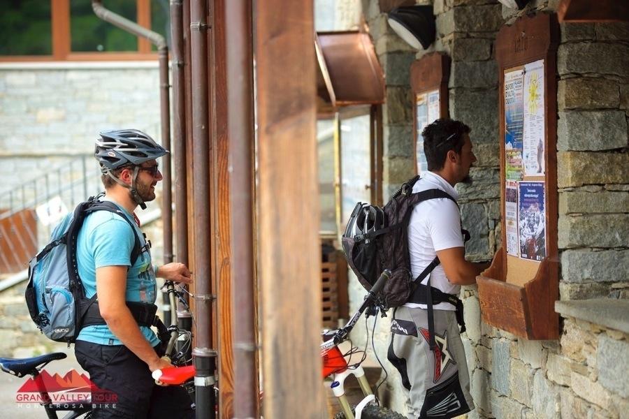 Eccoci in coda alla biglietteria di Monterosa Ski per salire in ovovia