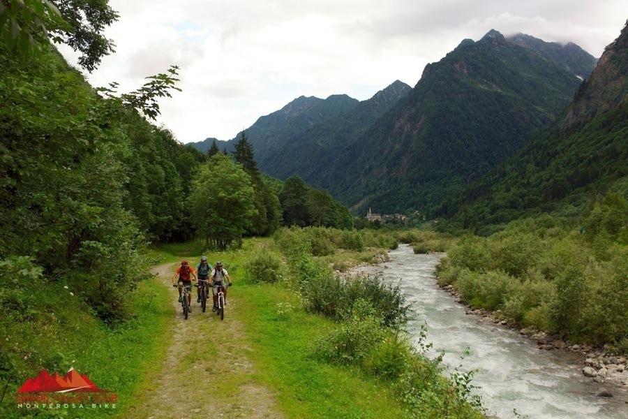 La ciclabile della Valsesia è una piacevole sterrata che costeggiain molti tratti il Sesia.