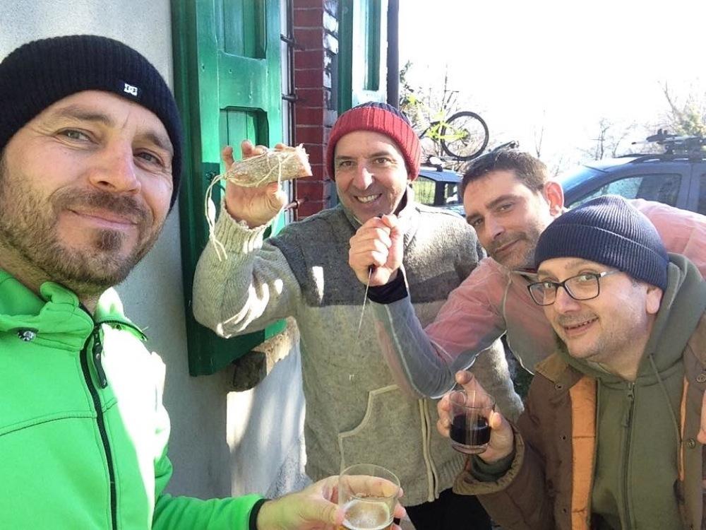 Dopo un bel giro in mountain bike c'è sempre tempo per crescentine, formaggi, vino e birre fresche.