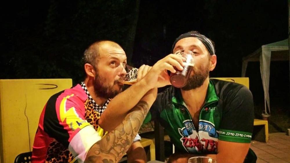 E dopo una bella notturna in bici ci si disseta con un po' di birra.