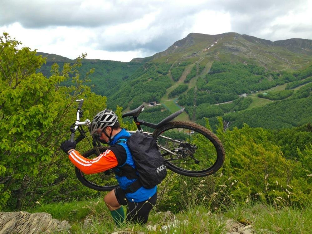 Le escursione del club mtb Ecoday Zero Zero  a volte non sono solo in sella ma anche con bici in spalla.