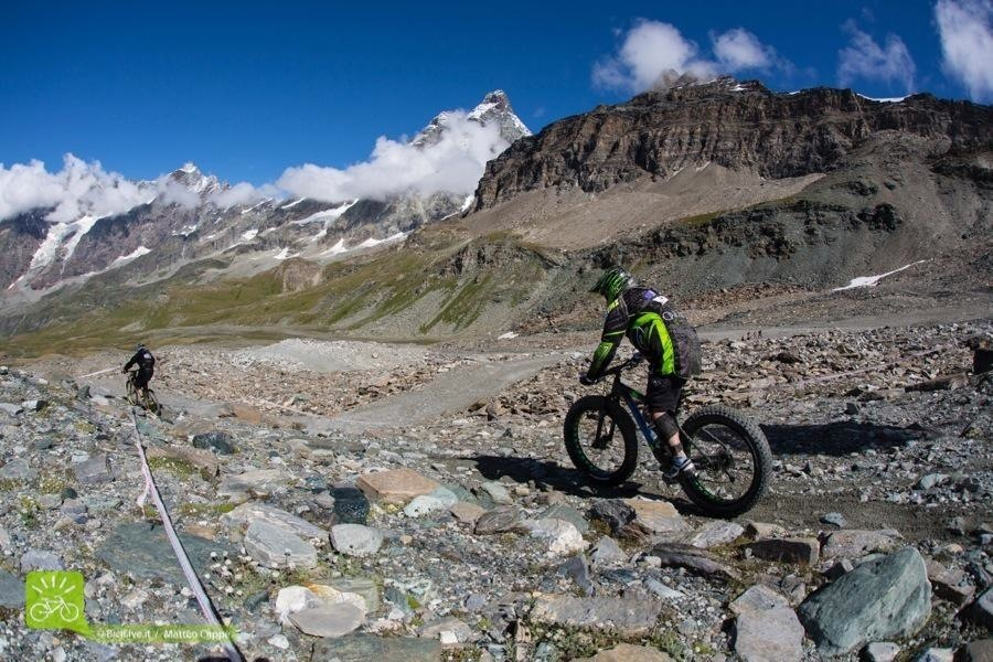 C'era anche chi scendeva con la fat bike