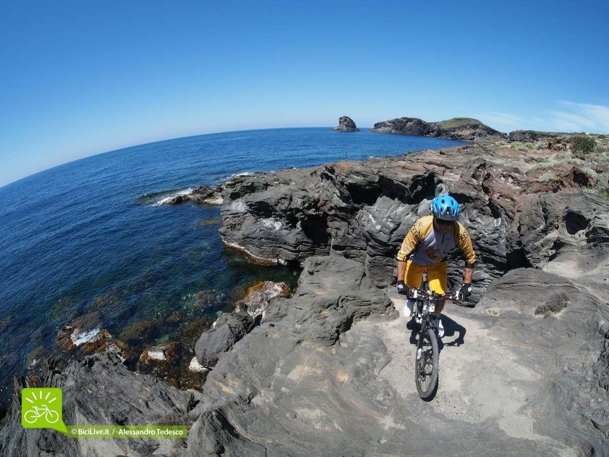 Il casco da mtb Notch va benissimo in tutti i contesti: qui sono a Pantelleria.