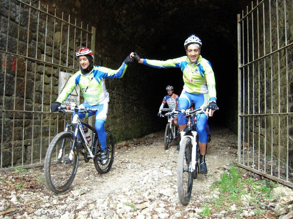 Il club mtb Spoleto in un gemellaggio con Tito Bike, dove i biker hanno pedalato sulla vecchia ferrovia Spoleto Norcia