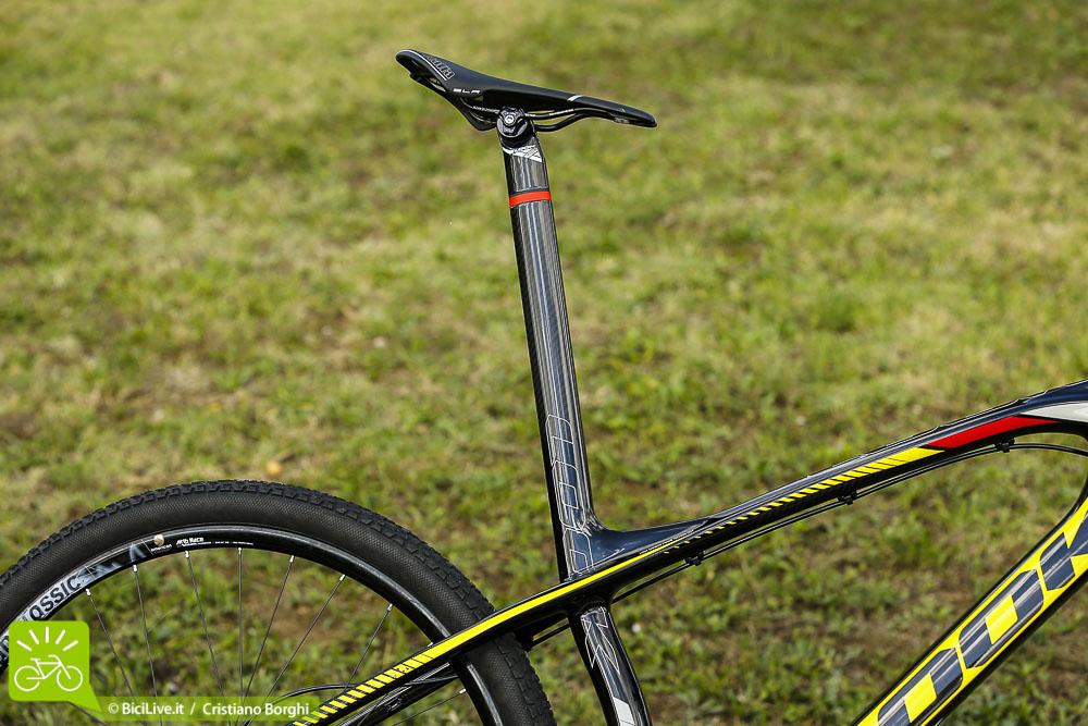 """Il tubo sella è monoblocco e integra il reggisella. Questa soluzione non solo migliora il design ma anche le prestazioni della bici. Infatti, il reggisella è interamente """"isolato"""" dai piccoli urti e dalle vibrazioni grazie a tre elastomeri"""