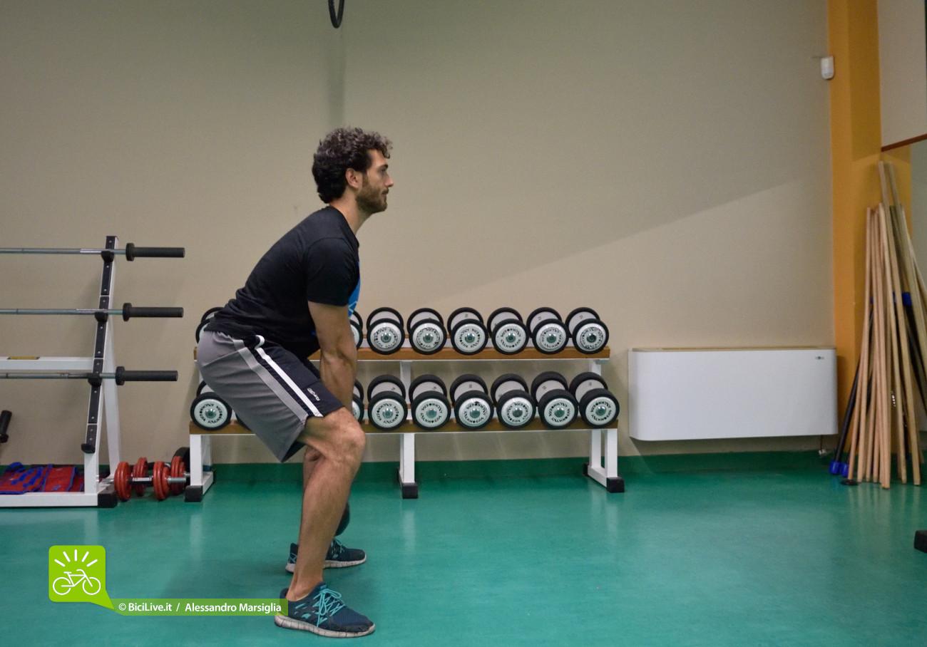 La spinta fondamentale arriva da gambe ed estensori della colonna; secondariamente intervengono gran parte dei gruppi muscolari.