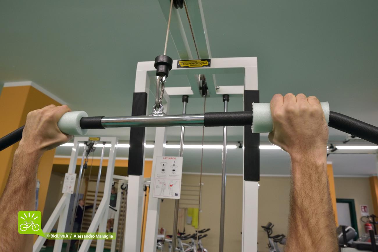 Dettaglio della presa maggiorata applicata alla lat machine con l'obiettivo di enfatizzare il lavoro isometrico sui flesso-estensori dell'avambraccio