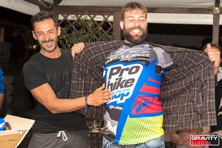Fifì, giunto apposta dalla Sicilia, ha vinto la jersey di Cédric messa in palio con un'estrazione: la sua gioia è contagiosa e prorompente!