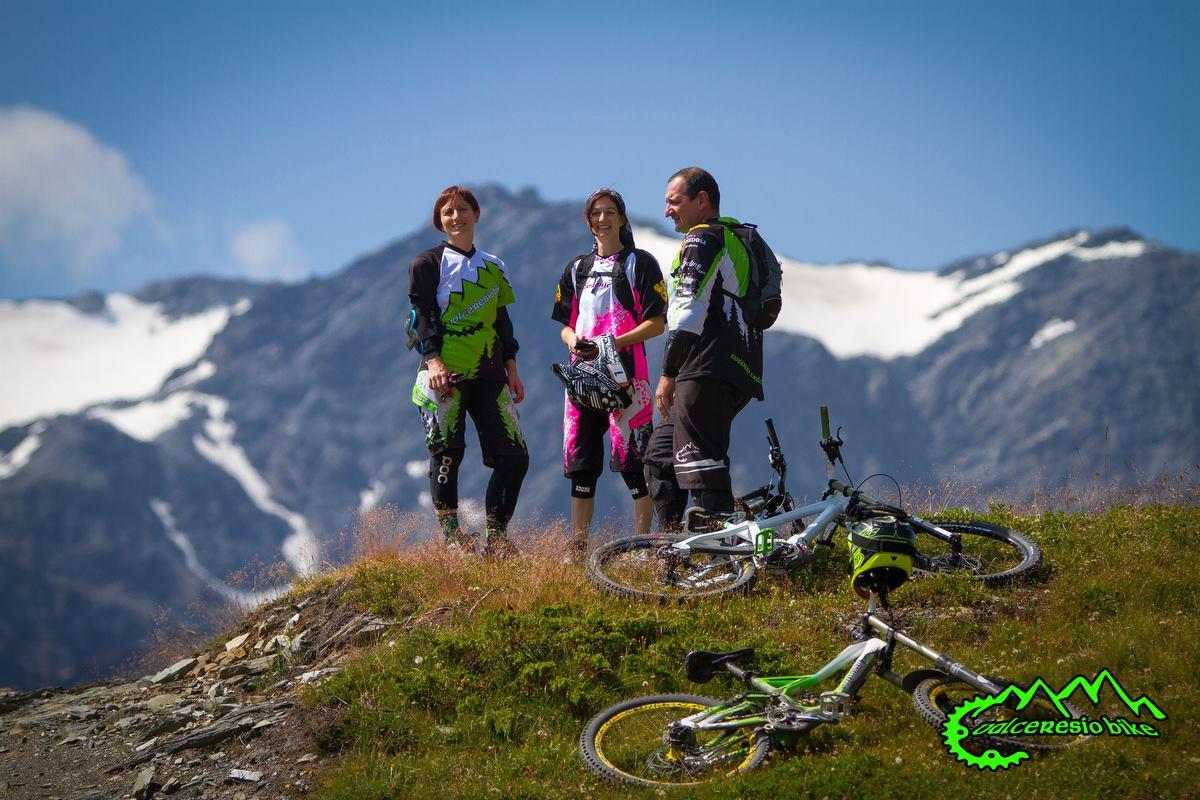 Non manca un tocco di femminilità al club mtb Valceresio bike, anche nelle divise.