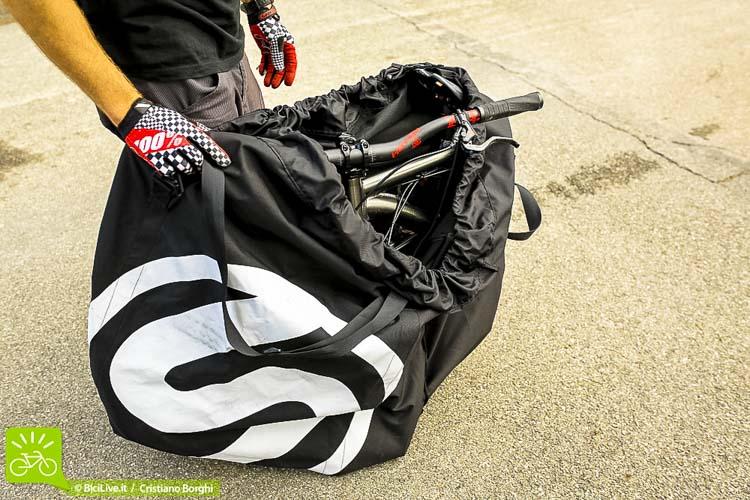 Lo smontaggio è veloce ed è presente nella sacca un pannello inseribile per non rovinare le due parti della bici.