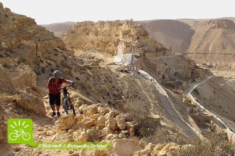 Nella C2C Tunisia l'accesso al Sentiero Sacro che porta dalla antica Cheninni  (500 a.C.) alla mistica Doiret