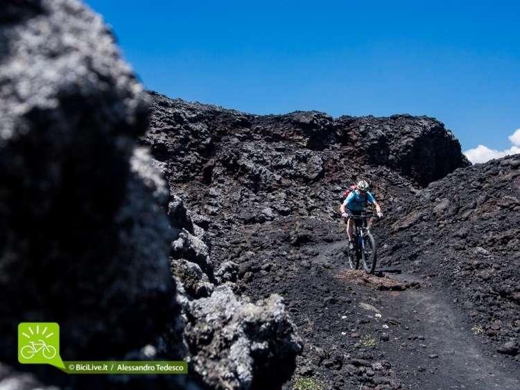 Si sale verso il cratere dell'Etna su sabbia lavica nella C2C Palermo/Etna
