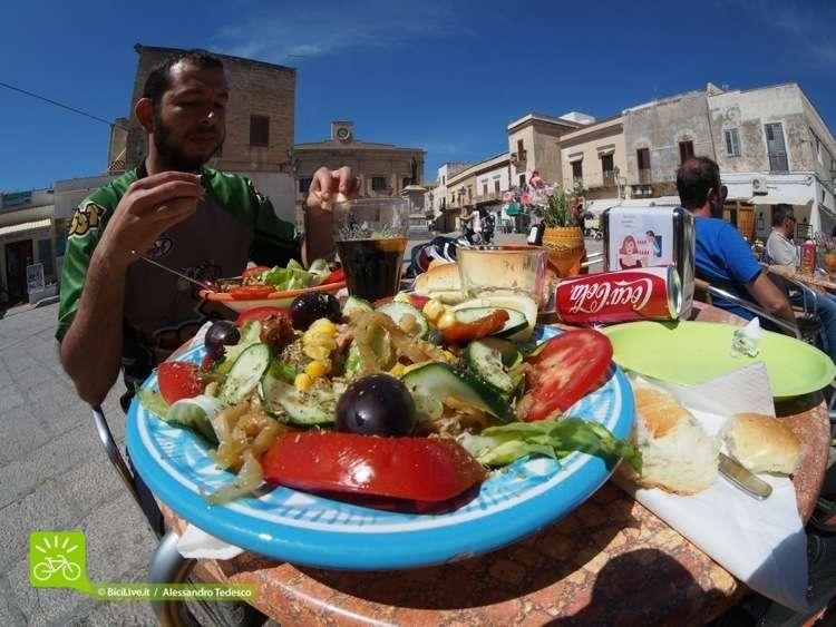 Dopo una pedalata una sana insalata Favignanese! Con Coast2Coast tra le isole della Sicilia.