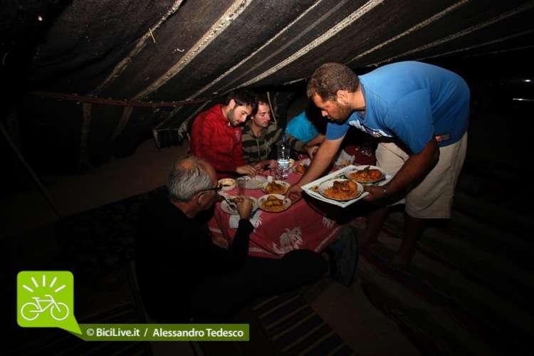 Si cena insieme al riparo della tenda nel deserto nel Coast2Coast Marocco
