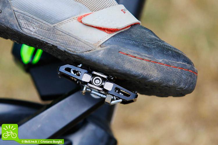 foto di un pedale T1 con scarpa agganciata