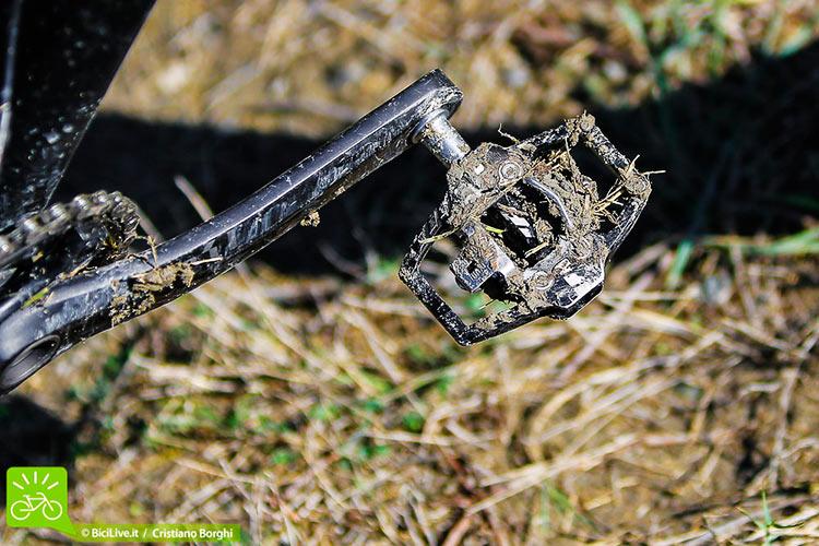 foto del pedale HT T1 nel fango