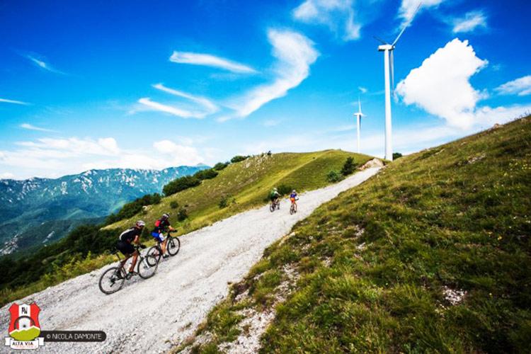 foto di due ciclisti sulle loro mtb neglii splendidi paesaggi liguri
