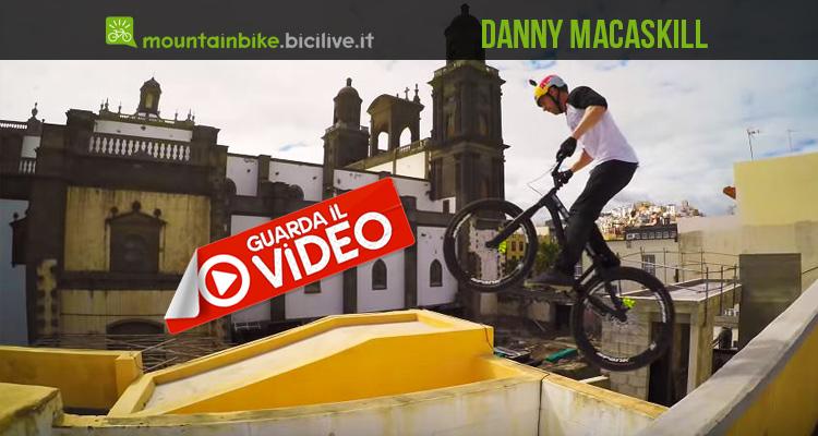 foto di Danny macaskill durante un salto sul tetto delle case a las palmas