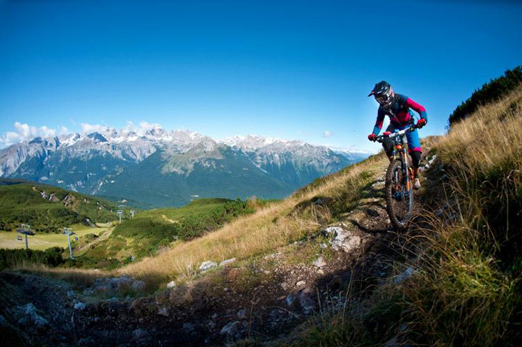 foto di una rider in mtb sulle vette alpine