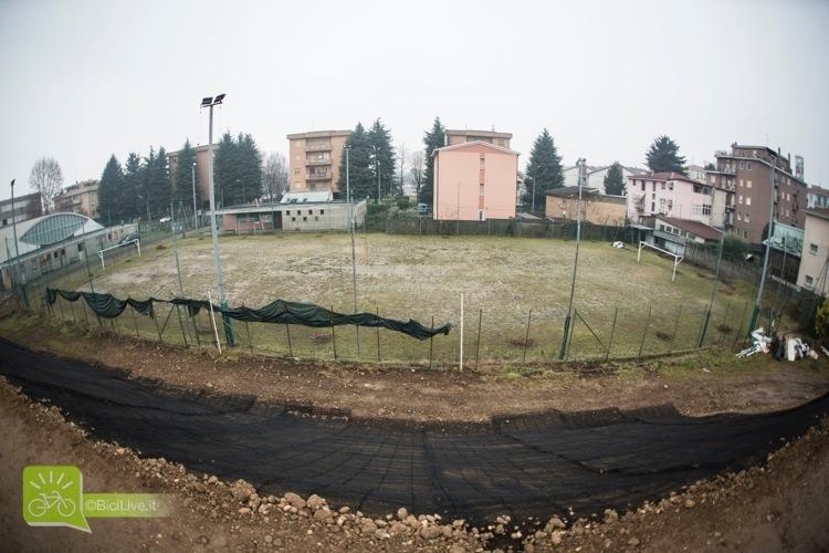 Il bike park è sorto su un campo da calcio in disuso. Dietro al park, un altro campetto: la convivenza tra i vari sport è fondamentale, il bacino d'utenza del dirt può venire anche dal calcio.