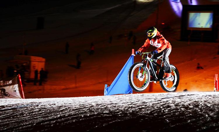 foto di un rider su una fat bike sulla neve