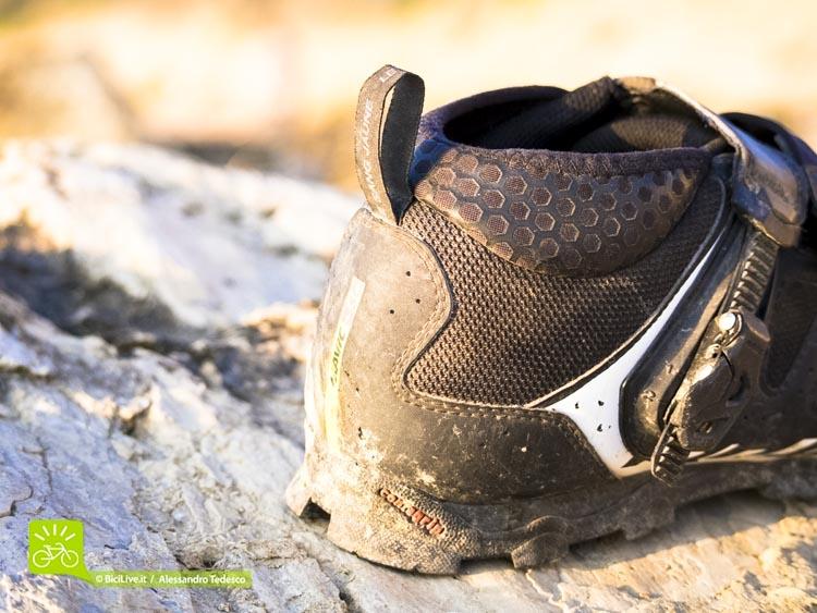 La parte posteriore con il rinforzo sul tallone e l'utilissima fascia morbida in neoprene a protezione della caviglia.