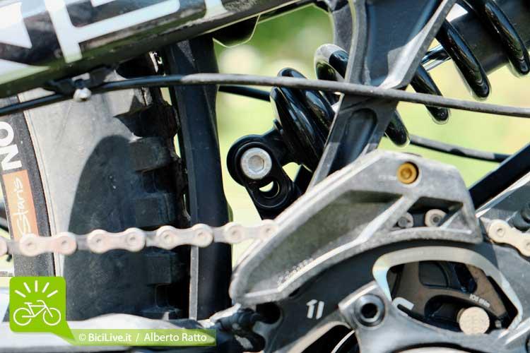 Intervenendo con una brugola da 5mm si può variare in pochi secondi l'escursione del carro da 215mm a 250mm