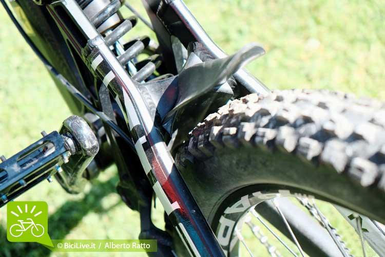 Passaggio ruota molto largo che evita il bloccaggio della gomme anche nelle giornate più fangose e ben costruito il parafango di plastica che protegge l'ammortizzatore dalle sporcizie