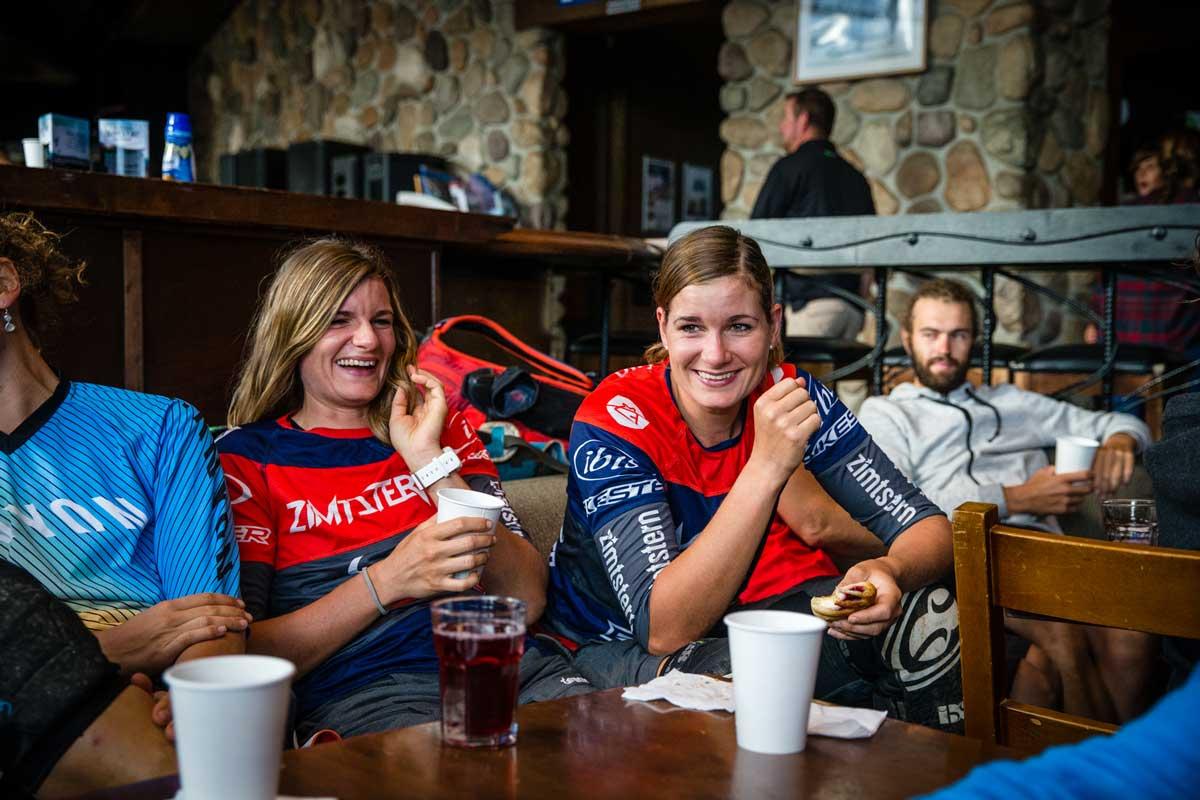 foto delle sorelle gehrig durante una pausa al bar