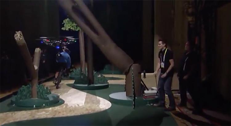 Quando un finto tronco d'albero viene fatto cadere sulla sua traiettoria, il drone si ferma e cambia percorso per evitare la collisione. Credits: CNET.com.