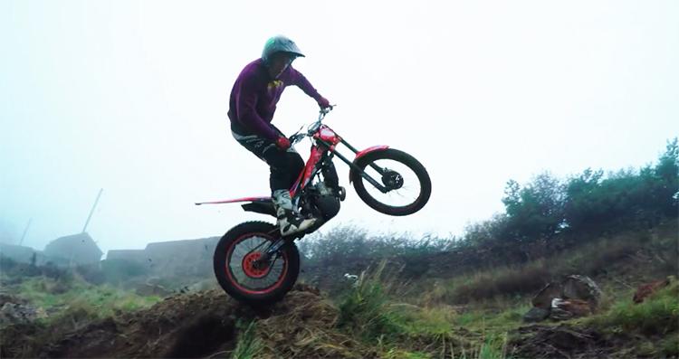 Peaty mostra di avere capacità adeguate anche con moto da trial e cross.