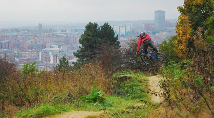 Salti e driftate sui trail dietro casa ... con vista su Manchester.