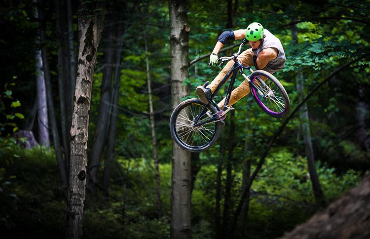 foto di un trick su una bici da dirt