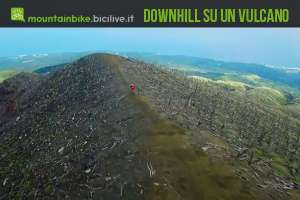 Il rider downhill canadese Stevie Smith scende in bici dal vulcano Oyama
