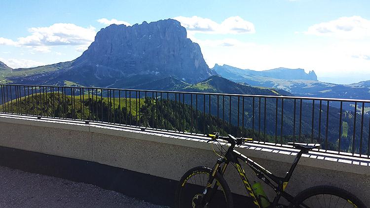 foto della mtb di davide con uno sfondo di montagne